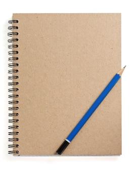 Карандаш на проверенной записной книжке, изолированной на белой поверхности