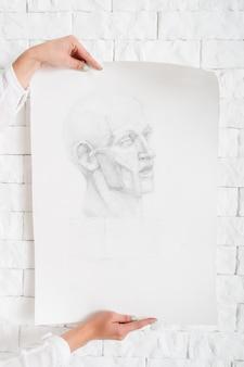 壁にアーティストの手で鉛筆の肖像画