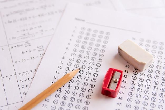 답안지의 연필, 숫돌 및 지우개 또는 답안이있는 표준화 된 시험 양식 bubbl