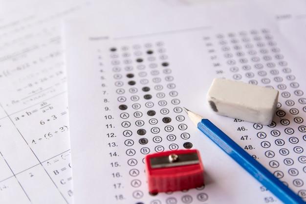답안지 또는 표준화 된 시험 양식의 연필, 샤프너 및 지우개