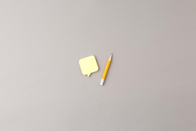 스티커 사무실 개념이 있는 연필