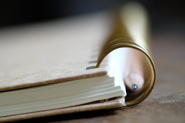 木の本と鉛筆