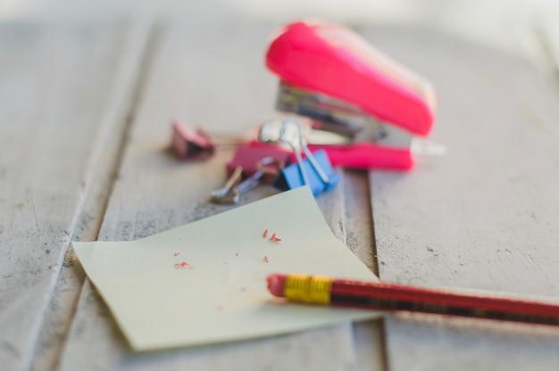 テーブル上の消しゴムで鉛筆