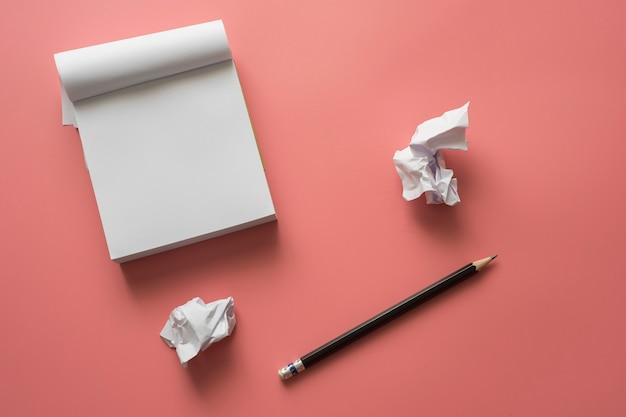 白いメモ帳紙と鉛筆