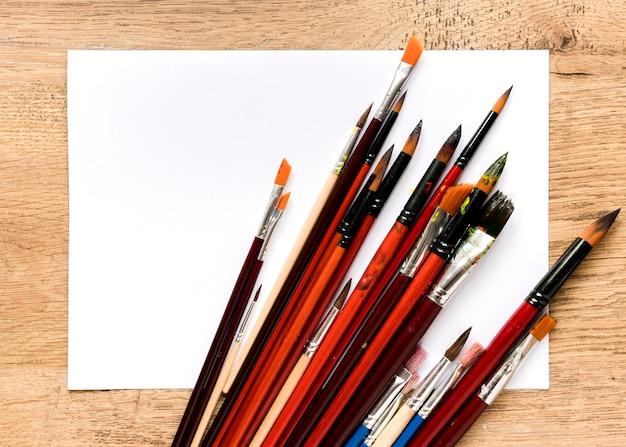 鉛筆とブラシ