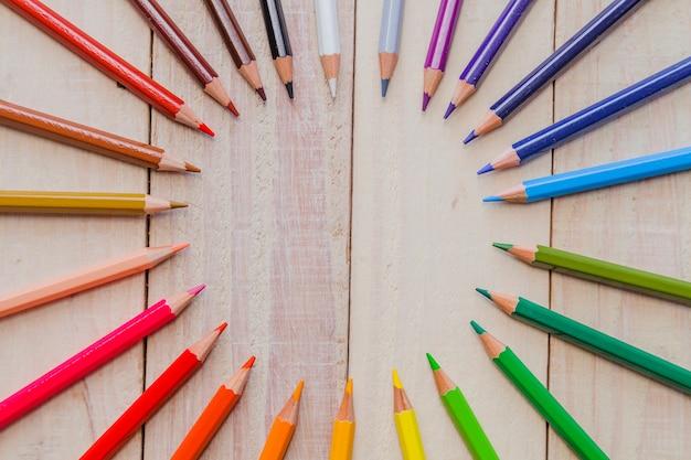 円の中に配置された鉛筆