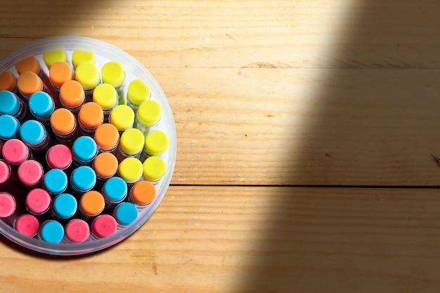 木製の背景に瓶の中の鉛筆