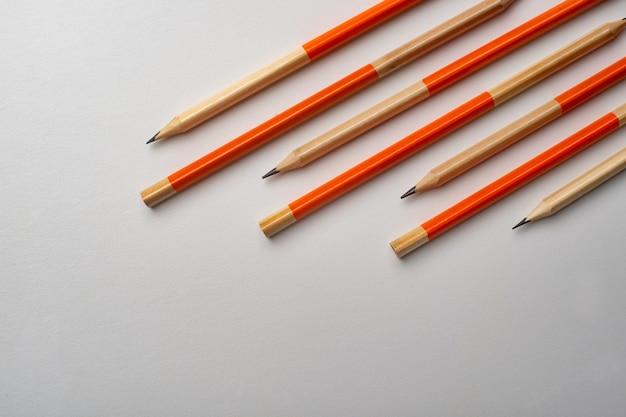 흰색 배경에 고립 된 연필