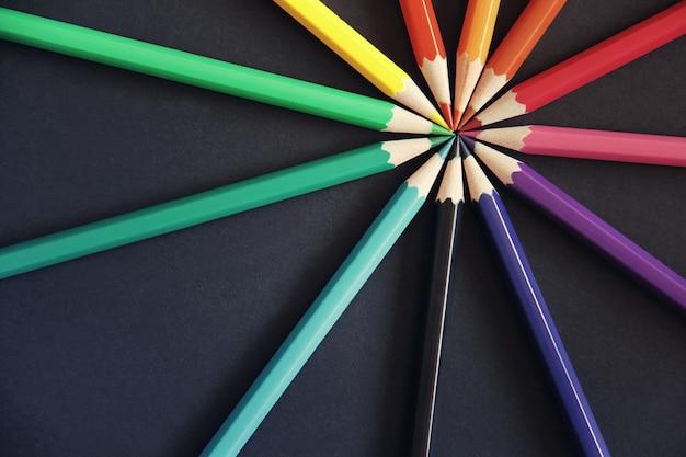 다른 색상의 연필은 검정에 격리되어 있습니다.