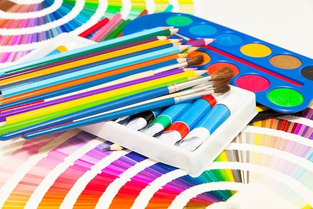 모든 색상의 연필, 페인트 및 컬러 차트