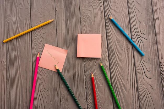 鉛筆スケッチ紙カード碑文夏。黄赤青鉛筆。夏の背景