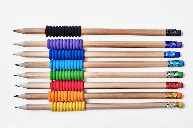 ゴムフォームグリップ付きの鉛筆。消しゴム付きの孤立した鉛筆。あなたの傑作を作成します。