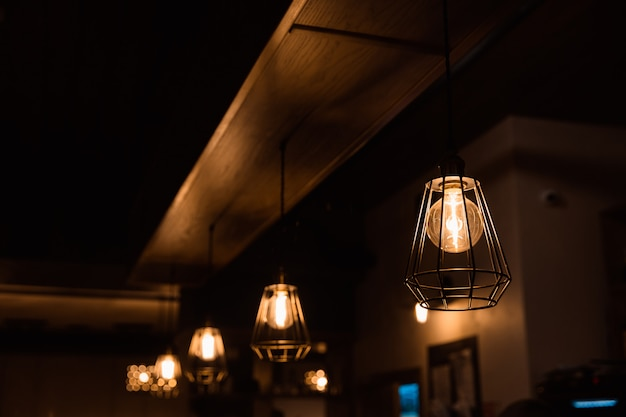 室内装飾用のペンダントランプは暗闇で光ります。ランプが並んでいます。