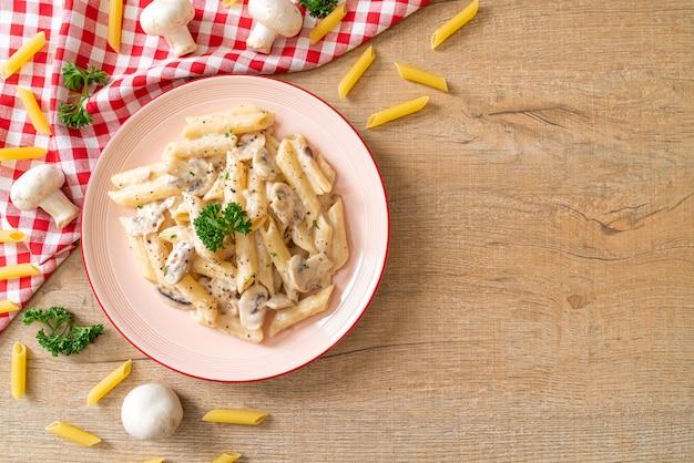 キノコのペンネパスタカルボナーラクリームソース、イタリア料理のスタイル