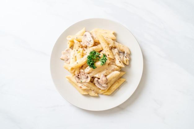 キノコ入りペンネパスタカルボナーラクリームソース-イタリアンフードスタイル