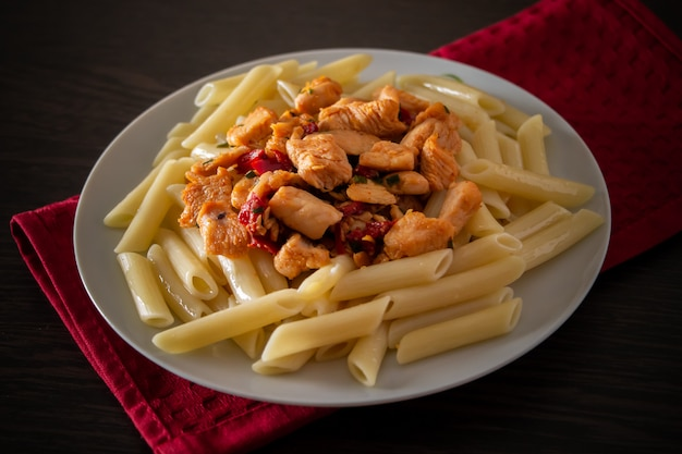 Паста пенне с курицей и овощами в томатном соусе