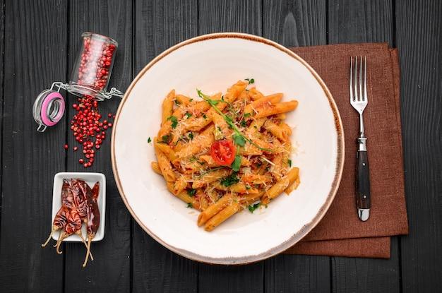 레스토랑에서 칠리 소스 arrabiata를 곁들인 펜네 파스타