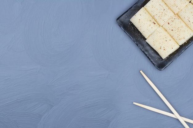 Паста пенне со специями на черном керамическом блюде
