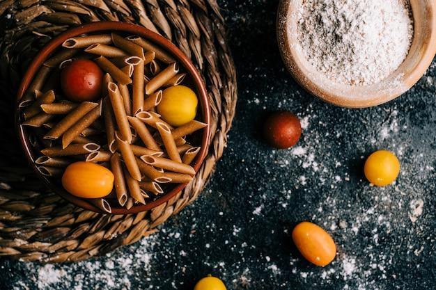 Пенне. вся пшеница макароны с яйцом на деревянный стол. здоровая пища. вегетарианская еда. рацион питания