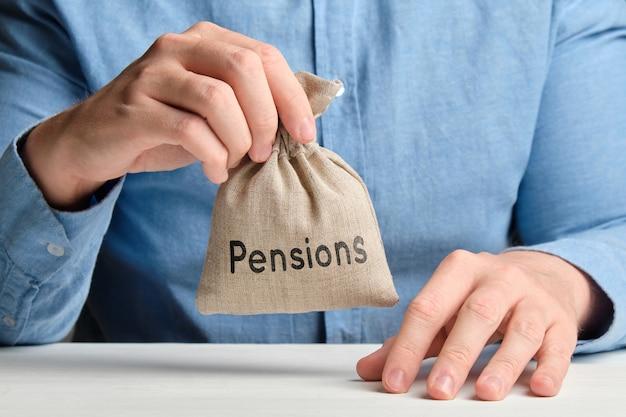 Концепция накопления пенсий. денежный мешок в руке