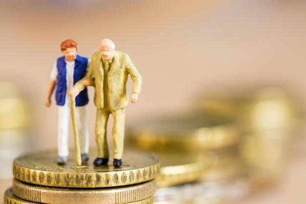노인과 행복을 위한 연금 퇴직금 소득 개념.