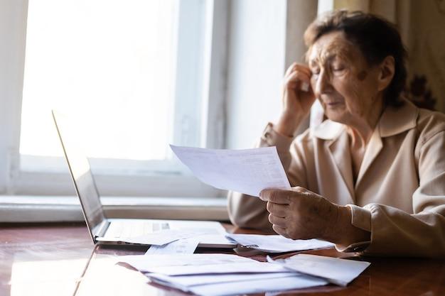 연금 수급자는 수많은 논문을 읽고 매우 집중합니다.