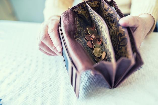 유로 동전 손 지갑에 들고 연금 여자.