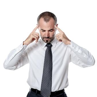 Задумчивый и сосредоточенный кавказский бизнесмен, изолированные на белом фоне