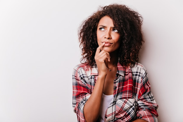 잠겨있는 아름 다운 흑인 여성을 찾고. 심각한 갈색 머리 여성 모델의 초상화입니다.