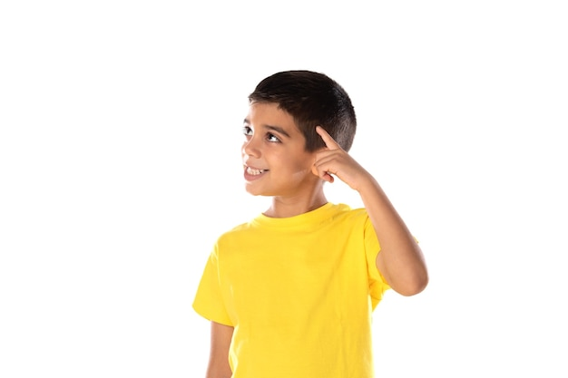物思いにふける少年が白い背景で孤立して見上げる