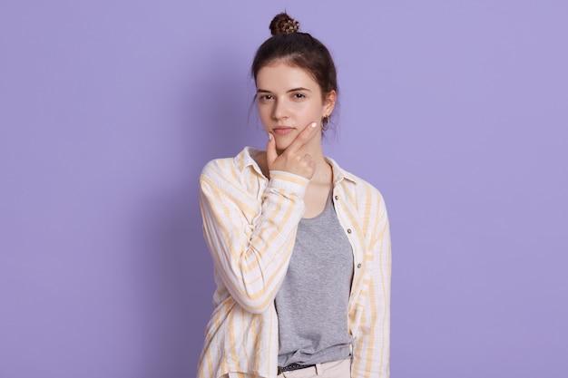パン、物思いにふけるブルネットの若い女性、カジュアルな服を着ている女性、あごに手をつないで
