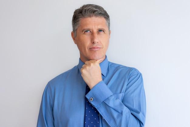 Задумчивый бизнес лидер думает над новой стратегией