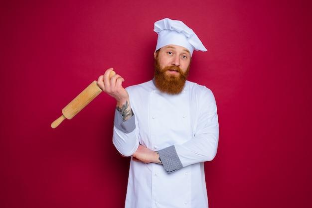 수염과 빨간 앞치마 요리사 잠겨있는 요리사 보유 나무 롤링 핀