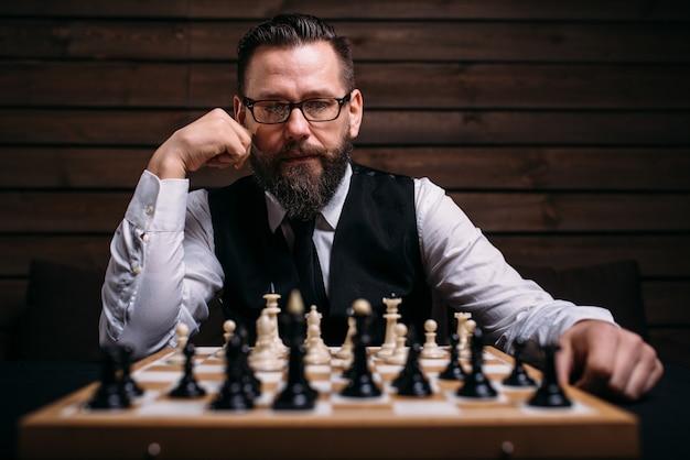 ゲーム戦略を考える物思いに沈んだチェスプレーヤー