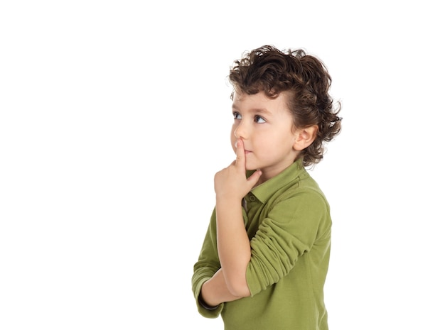 物思いにふける子供が白い背景で孤立して見上げる