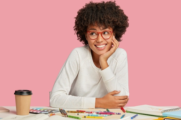 物思いにふける夢のようなデザイナーがデザインスケッチを考え、先生とプライベートレッスンをする