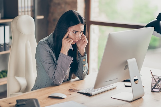잠겨있는 소녀 에이전트 투자자 작업 원격 pc 컴퓨터 보기 화면 분석 회사 시작 개발 위기 탈출 보고서 착용 공식적인 블레이저 재킷 직장 워크스테이션에서 책상에 앉아