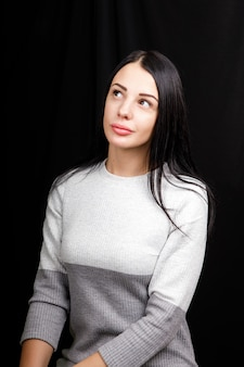 薄手のセーターを着た物思いにふける少女
