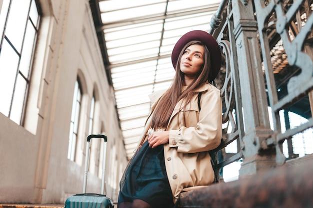 기차역에서 잠겨있는 외로운 여자