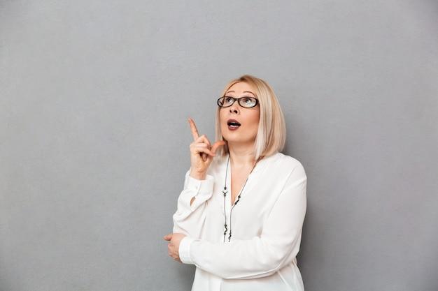 셔츠와 안경 생각에 잠겨있는 중년 금발 여자