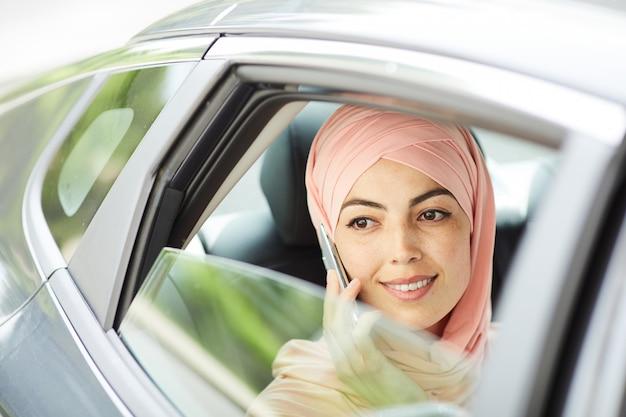택시에서 전화 통화 잠겨있는 무슬림 여성