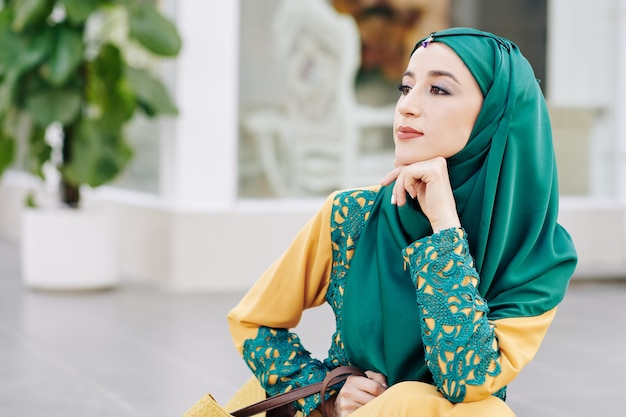 物思いにふけるイスラム教徒の女性