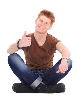잠겨있는 세련 된 젊은 남자가 바닥에 앉아