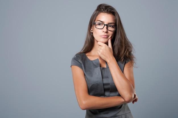Giovane imprenditrice pensierosa e premurosa