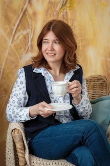 잠겨있는 여자 커피 또는 차를 마시고 집에서 옆으로보고 생각