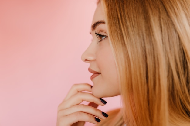 Pensive woman with long eyelashes standing on pink. pleased caucasian woman with straight hairstyle chilling