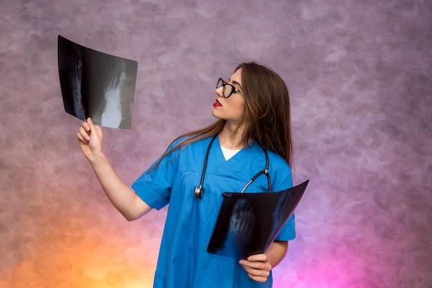 X線検査と診断を行う物思いにふける若い医者。医療コンセプト
