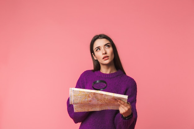 잠겨있는 어린 소녀 입고 스웨터 서 핑크 이상 격리, 가이드 맵에서 돋보기를 통해 찾고