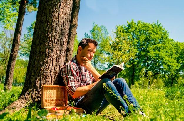 若い男が本を読んでいる