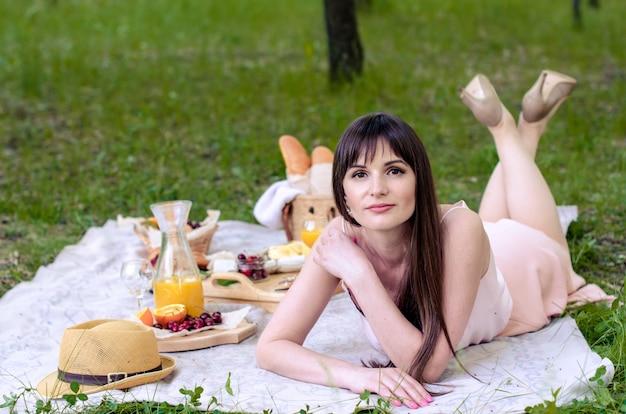 夏の晴れた日を楽しむ物思いにふける若い女性。リラックスしたコンセプト
